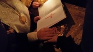 Новопостриженная монахиня Евдокия вручается начальница обители и их руки соединяются на Евангелии